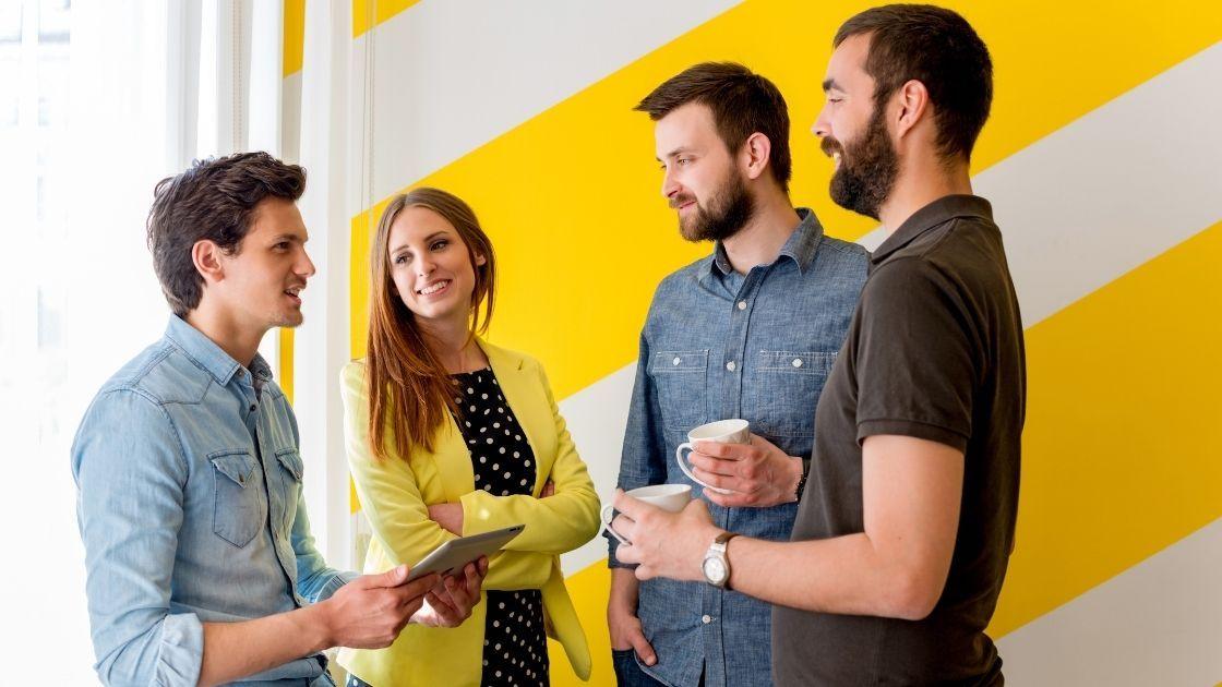 Un groupe de personnes au travail qui discutent.